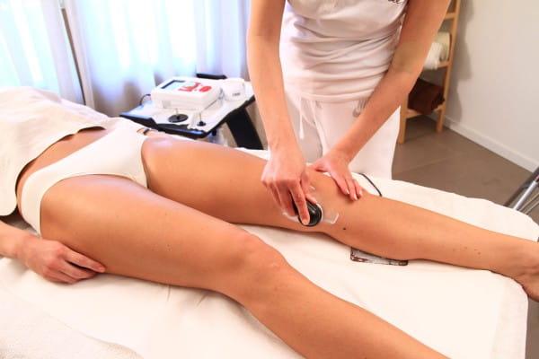TECAR Anwendung bei Knieschmerzen