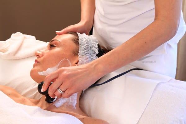 Antiaging Behandlung Hals mit Hochfrequenzgerät